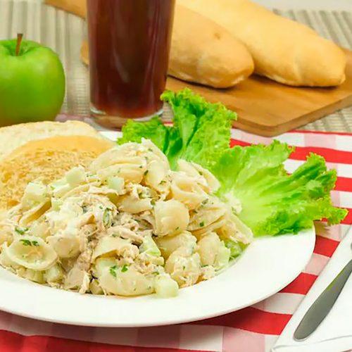 ensalada de conchas y manzana